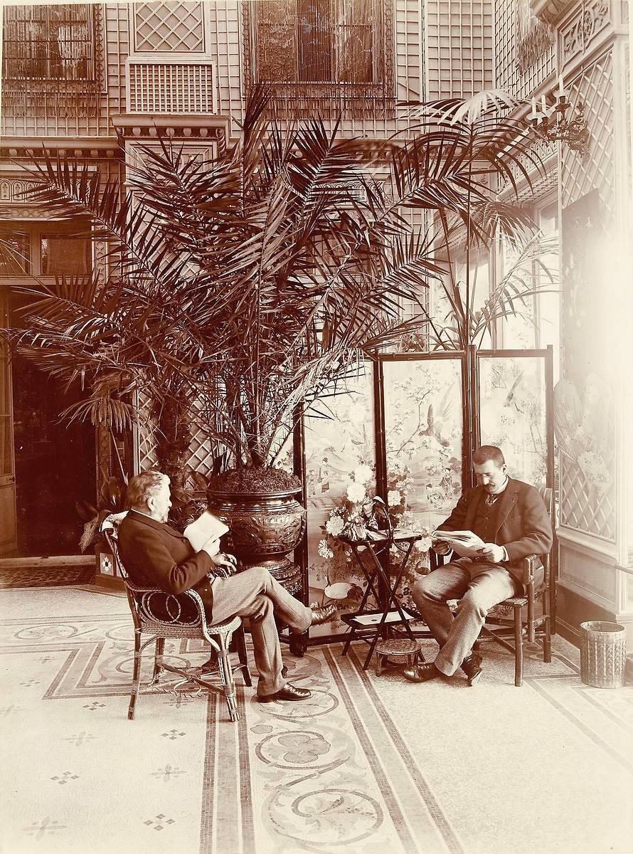 Gustave eiffel et adolphe salles lisant dans le salon - Salon gustave eiffel ...