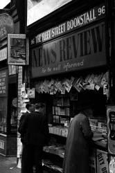 A newspaper vendor (anonyme) - Muzeo.com