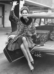 Arrivée de l'actrice française Claudine Auger à l'aéroport de Londres en 1965 (anonyme) - Muzeo.com