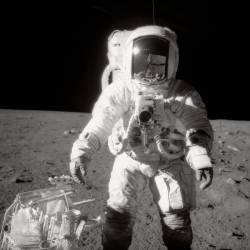 Bean Walks on the Moon (Nasa) - Muzeo.com
