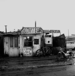 Coiffeur dans Bidonville- Région parisienne 1964 (Bloncourt Gérald) - Muzeo.com
