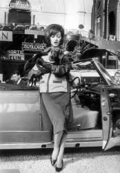 ELEGANTE AU SALON DE L'AUTOMOBILE DE PARIS EN 1960 (KEYSTONE) - Muzeo.com
