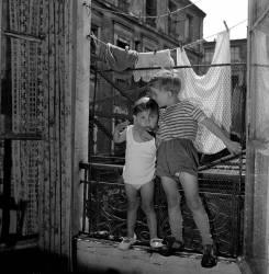 Enfant à la fenêtre. Paris 11e – 1957 (Bloncourt Gérald) - Muzeo.com