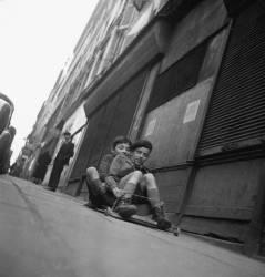 Enfants à la planche à roulettes. Belleville à Paris – 1951 (Bloncourt Gérald) - Muzeo.com