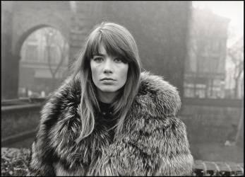 La chanteuse et actrice française Françoise Hardy porte un manteau de fourrure sur la Piazza Sant'Ambrogio. Milan, 1960 (anonyme) - Muzeo.com