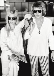 La chanteuse Sylvie Vartan et son mari, le chanteur et acteur Johnny Hallyday (Jean-Philippe (Jean-Philippe) Smet), posent dans des vêtements décontractés. (anonyme) - Muzeo.com