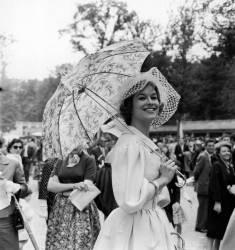 LE MANNEQUIN DANIELE SAINTOIN AU PRIX DE DIANE A CHANTILLY EN 1959 (Keystone) - Muzeo.com