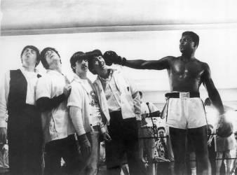 LES BEATLES ET MUHAMMAD ALI EN 1964 (KEYSTONE-FRANCE) - Muzeo.com