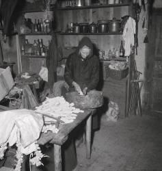 Madame Chelles, née Amery, égrenant le maïs dans la maison Calibet (anonyme) - Muzeo.com