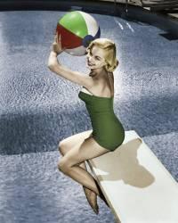 Pin-up sur un plongeoir (anonyme) - Muzeo.com