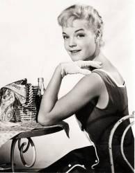 Portrait de l'actrice autrichienne ROMY SCHNEIDER (1938-1982) vers 1957, devant elle une bouteille de coca-cola (coca cola). (anonyme) - Muzeo.com