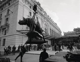 Mise en place du Rhinocéros d'Alfred Jacquemart sur le parvis de Bellechasse (Musée d'Orsay) (anonyme) - Muzeo.com