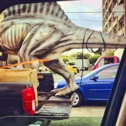 Statue de dinosaure attachée à un pick-up (Munoz Robert) - Muzeo.com