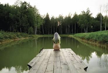 Une fille au bord de l'etang (Natasha Gudermane) - Muzeo.com