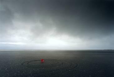 Chaise rouge dans un paysage désertique (Jim Smithson) - Muzeo.com