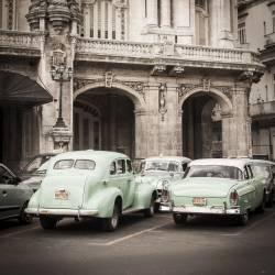 Veilles voitures devant le Gran Teatro à la Havane, Cuba (Jon Arnold) - Muzeo.com