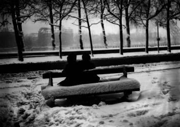 AMOUREUX SOUS LA NEIGE A PARIS EN 1946 (KEYSTONE-FRANCE) - Muzeo.com