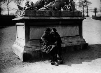 COUPLE D'AMOUREUX, JARDIN DES TUILERIES, PARIS 1932 (KEYSTONE-FRANCE) - Muzeo.com