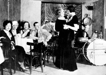 Couple de travestis dansant lors d'une soiree au club homosexuel