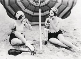 DOROTHY SEBASTIAN ET JOAN CRAWFORD A LA PLAGE 1925-1935 (KEYSTONE-FRANCE) - Muzeo.com