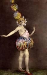 Femme danseuse en costume de scene. (anonyme) - Muzeo.com