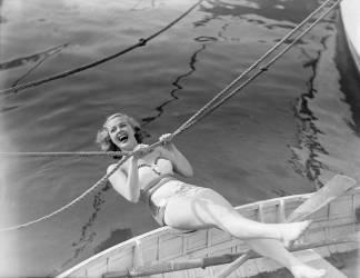 Film star Pamela Deeming on the River Thames at Twickenham, 1949 (anonyme) - Muzeo.com
