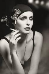 Jeune femme fumant une cigarette (anonyme) - Muzeo.com