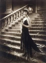 L'actrice americaine Anna May Wong (1907-1961) vetue a la mode des annees folles, dans les annees 1920 (anonyme) - Muzeo.com
