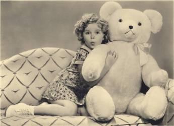 L'actrice americaine enfant Shirley Temple (nee en 1928) posant pour une publicite avec un ours en peluche geant vers 1937 (anonyme) - Muzeo.com