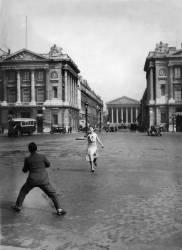 PARTIE DE TENNIS SUR LA PLACE DE LA CONCORDE 1932 (KEYSTONE-FRANCE) - Muzeo.com
