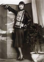 Portrait de l'actrice Anna May Wong vetue a la mode des annees folles, appuyee sur un paravent, (anonyme) - Muzeo.com