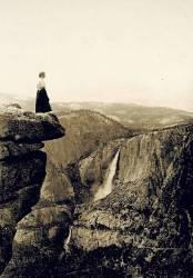 Regardant à travers la vallée de Yosemite Falls (Underwood & Underwood) - Muzeo.com