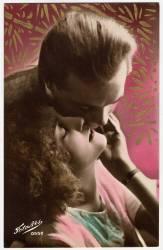 Un couple d'amoureux embrasses passionement, la femme leve la tete vers l'homme qui l'embrasse. (anonyme) - Muzeo.com