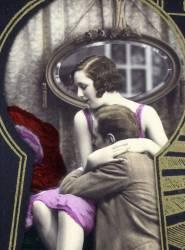 Vue d'un jeune couple amoureux par un trou de serrure - carte postale (anonyme) - Muzeo.com