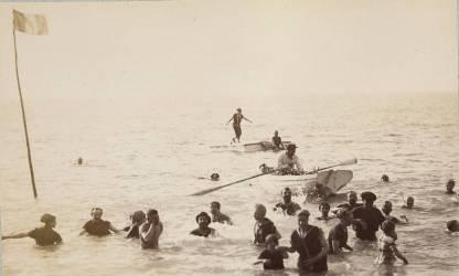 Groupe de baigneurs debout ou nageant dans la mer, et une barque (Gustave Eiffel) - Muzeo.com