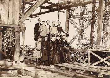 Groupe sur la tour Eiffel en construction (anonyme) - Muzeo.com