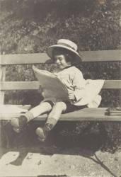 Jeune enfant lisant sur un banc (anonyme) - Muzeo.com