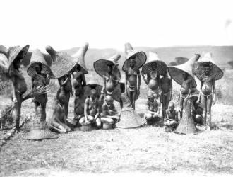 Kavirondo fisherwomen, Kisumu, Kenya (Johnston Harry Hamilton) - Muzeo.com