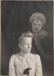 Photographie spirite (médium et spectre de femme) (anonyme) - Muzeo.com