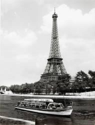 Vue de la Tour Eiffel avec une péniche passant sur la Seine (Hallery) - Muzeo.com