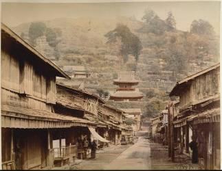 La rue des temples à Nagasaki entre la montagne de Kazagashira et la rivière Nakajima (Japon) (Stillfried & Andersen) - Muzeo.com