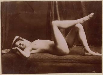 Femme nue couchée sur le dos, jambres croisées (Carabin François-Rupert) - Muzeo.com