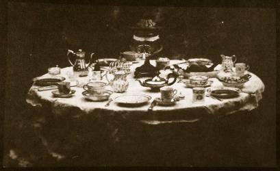An elegantly set table (William Henry Fox Talbot) - Muzeo.com