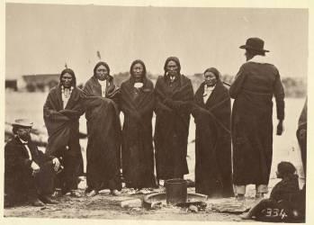 Tashunkakokip (Old man afraid of his horses) and his chiefs (Alexander Gardner) - Muzeo.com