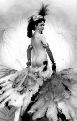 Diva nue dansant avec des plumes dans un cabaret. (anonyme) - Muzeo.com