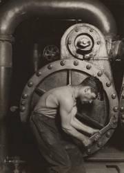 Mécanicien travaillant sur une machine à vapeur (Lewis Wickes Hine) - Muzeo.com