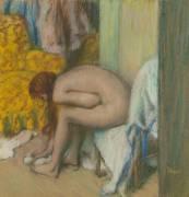 Femme à la toilette, essuyant son pied gauche (Edgar Degas) - Muzeo.com