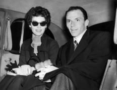 Ava Gardner and Franck Sinatra in their car (Keystone) - Muzeo.com