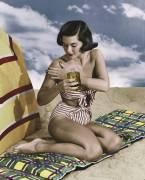 Young woman applying suntan lotion on beach (anonyme) - Muzeo.com