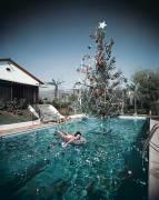 Christmas swim (Slim Aarons) - Muzeo.com